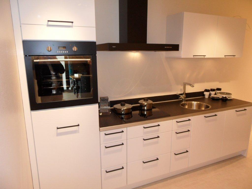 Allergrootste keukensite van nederland witte hoogglans keuken 44945 - Witte keuken voorzien van gelakt ...