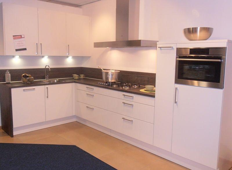 Hoogglans Witte Keuken : Hoogglans witte keuken met granieten blad volledig uitgevoerd met