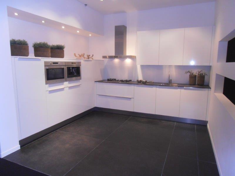 Allergrootste keukensite van nederland witte hoogglans keuken met atag - Witte keukens ...