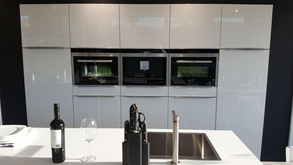 Kastenwand Keuken Showroom : van Nederland Opstelling met kook/spoeleiland en kastenwand [54313