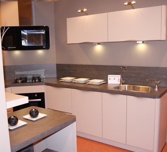 Allergrootste keukensite van nederland showroomkeuken en 2 krukken - Ingerichte keuken met geintegreerde tafel ...