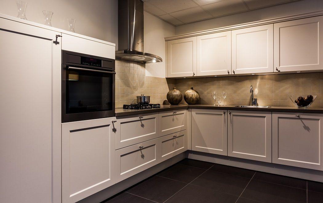 Allergrootste keukensite van nederland landelijke keuken in de kleur magnolia - Keuken kleur ...