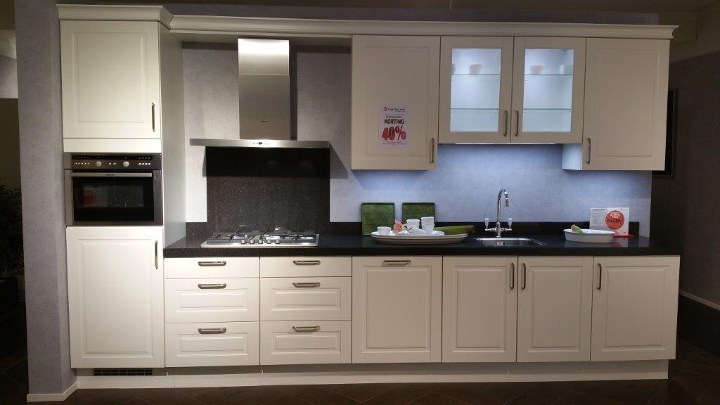 Allergrootste keukensite van nederland klasieke keuken met stenen werkblad - Model keuken wit gelakt ...
